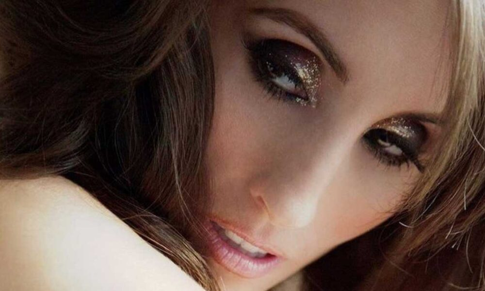 Laura Bryna Roaring Up the UK Music Charts! | Entertainment World